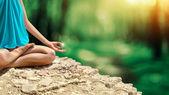 Mujer joven meditando en el bosque del resorte — Stok fotoğraf