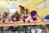 子供は学校で黄色の教室でテストをしています。. — ストック写真