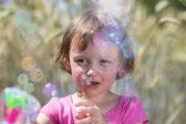 Bambina con bolle di sapone — Foto Stock