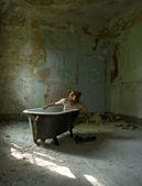 Il ragazzo nell'orso maschera seduto in bagno — Foto Stock
