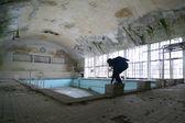 Uomo in piscina abbandonata — Foto Stock