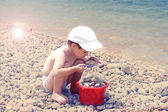 The sea and the kid plays — Stock Photo