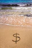 Dollar-Zeichen in den Sand weggespült wird — Stockfoto