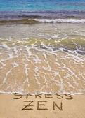Woorden benadrukken en zen geschreven op zand, stress woord is weggespoeld door golf — Stockfoto