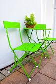 Ljusa gröna café bord och stolar på reykjavik island — Stockfoto