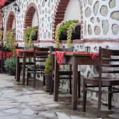 Traditional tables and chairs in Bansko, Bulgaria — Stockfoto