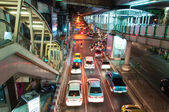 Bangkok, Thailand - May 22, 2014: Night scenery with heavy traffic near a Skytrain station in Bangkok, Thailand on May 22, 2014 — Stock fotografie