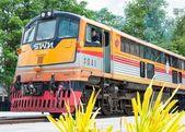 Kanchanaburi, Thailand - May 23, 2014: Train ready to cross the bridge over the river Kwai in Kanchanaburi province, Thailand. — 图库照片
