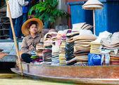 Ratchaburi, tajlandia - 24 maja 2014: tajski mieszkańców sprzedają jedzenie i sklep z pamiątkami w słynnej damnoen saduak pływających rynku na 24 maja 2014 roku w tajlandii, w sposób tradycyjny stary sprzedaży z małych łodzi. — Zdjęcie stockowe