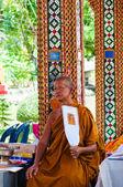 拉差布里,泰国 — — 2014 年 5 月 24 日: 在从瓦丹浮动的佛教寺庙的一张照片的佛教和尚构成市场,泰国 — 图库照片