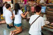 Ratchaburi, Tajlandia - 24 maja 2014: Buddist praktyki religijne osób modli się w świątyni z damnoen saduak pływających rynku, Tajlandia — Zdjęcie stockowe