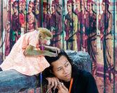 Affen zeigen bei damnoen saduak floating market, thailand — Stockfoto