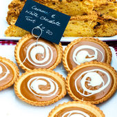 Caramel and white chocolate British tarts in the market — Stock Photo
