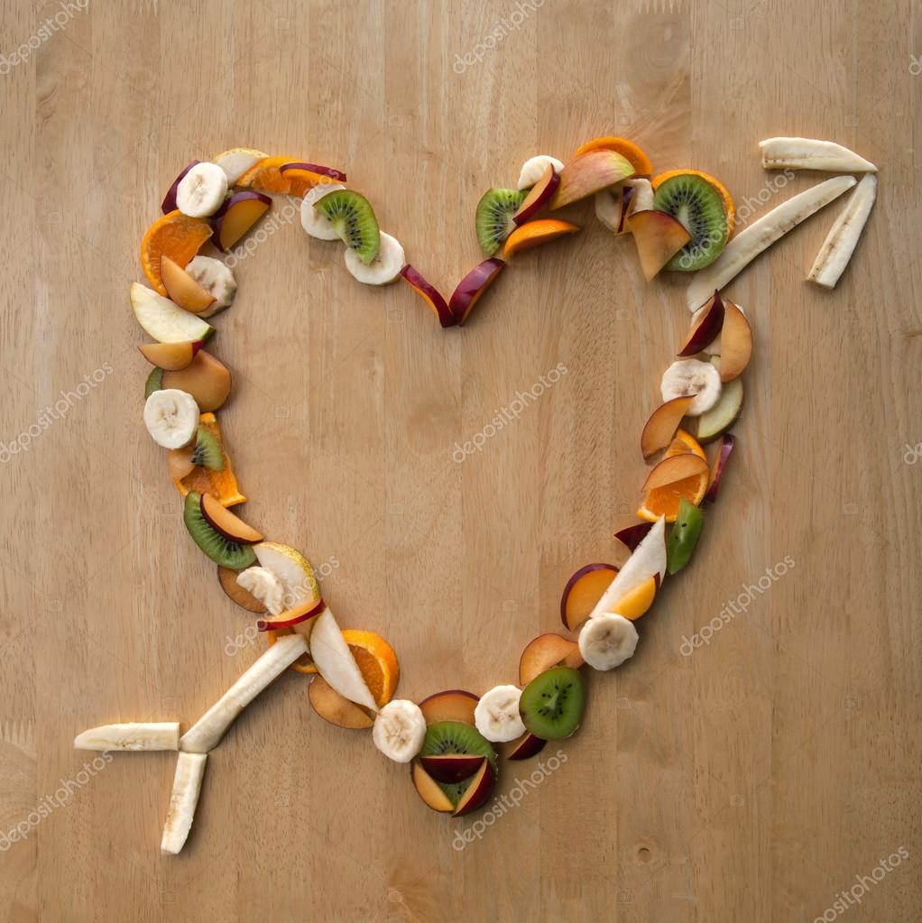 Sliced Fruit in Heart Shape with Arrow, for Valentine's Day, or useful for Eating Out, Health, Nutrition, Dieting, Menus, Food and Drink etc. — Foto Stock #19365859