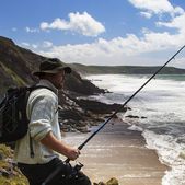 A Fisherman on the Cliffs Gazes Down to The Wild Sea. — Stock Photo