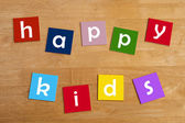 Mutlu çocuklar! -kelime işareti okul çocukları için. — Stok fotoğraf