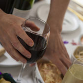 Glass of red wine in womans hand at buffet. — Stok fotoğraf