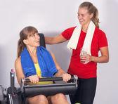 Personal-trainer im fitnessstudio — Stockfoto