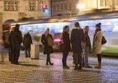 人们在晚上车站 — 图库照片