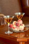 Pêssegos de mesa de café e vinho — Foto Stock