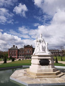 Statue of Queen Victoria in front of Kensington Palace, London — Stock Photo