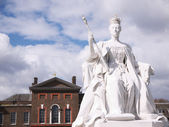 Statue of William III in front of Kensington Palace, London — Stock Photo