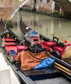 Due gondole ormeggiate lungo un canale a venezia — Foto Stock