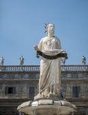 Estatua de la virgen — Foto de Stock