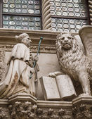 Doge and winged lion in Venice — Stock Photo