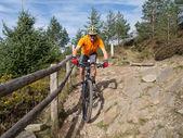 ウェールズのトレイルに乗って山のバイカー — ストック写真