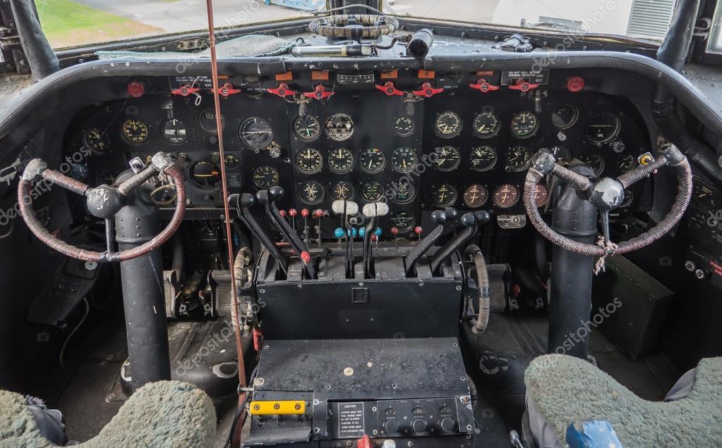 Cabina di pilotaggio di un aereo d 39 epoca foto stock for Piani economici della cabina di ceppo