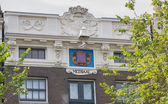 Typical Amsterdam canal house with cornices — Stock Photo