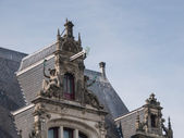 Decorative detail on facade of Amsterdam canal house — Stock Photo