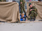 Children play with weapons on Army Day — Stockfoto