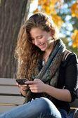 Chica hispana con teléfono celular — Foto de Stock