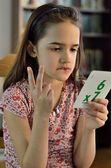Petite fille hispanique faisant maths — Photo