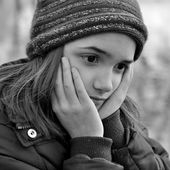 Niña mirando deprimido — Foto de Stock
