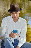 智能手机的西班牙裔年轻人 — 图库照片