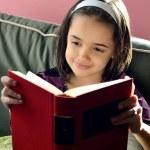 pequeño lector hispano — Foto de Stock