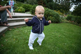 Baby learning to walk — Stock Photo