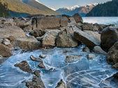 Glace de lac cheakamus le long de la rive — Photo