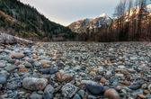 Campo de pedras naturais com montanhas — Foto Stock