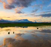 色彩斑斓的朝阳在马来西亚沙巴,婆罗洲,反射 — 图库照片