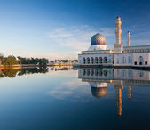 Reflection of Kota Kinabalu mosque at Sabah, Borneo, Malaysia — Stock Photo
