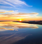 Colorful reflection of sunset colors at a tropical beach — Foto de Stock