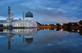 Reflection of Kota Kinabalu mosque at blue hour in Sabah, Borneo, Malaysia — Stock Photo