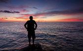 Silhouette di un uomo solo al tramonto — Foto Stock