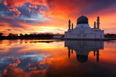 Beautiful Kota Kinabalu city mosque at sunrise in Sabah, Malaysia, Borneo — Stock Photo
