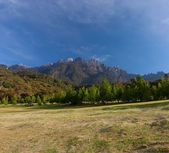 Rural landscape with Mount Kinabalu at the background in Kundasang, Sabah, East Malaysia, Borneo — Stock Photo