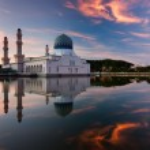 Reflection of Kota Kinabalu city mosque at sunrise in Sabah, East Malaysia, Borneo — Stock Photo #51628297